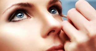 Apply_make_up_after_putting_in_contact_lenses